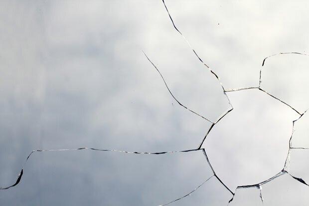 Трещины от дыры в стекле