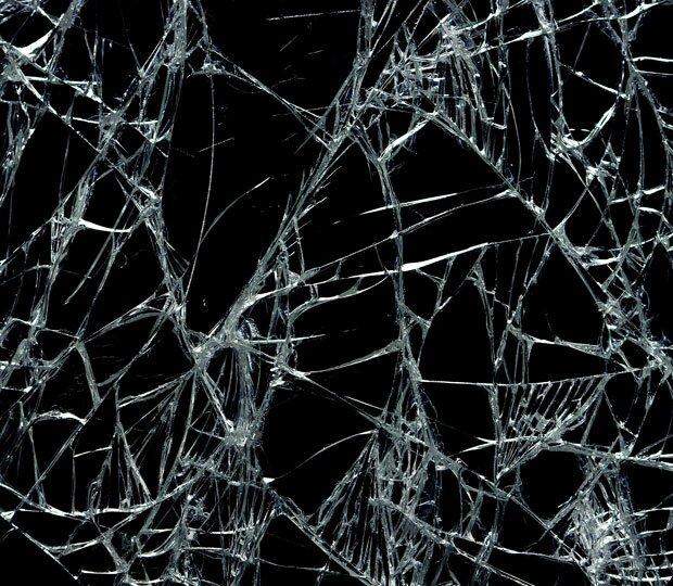Крупные трещины на стекле