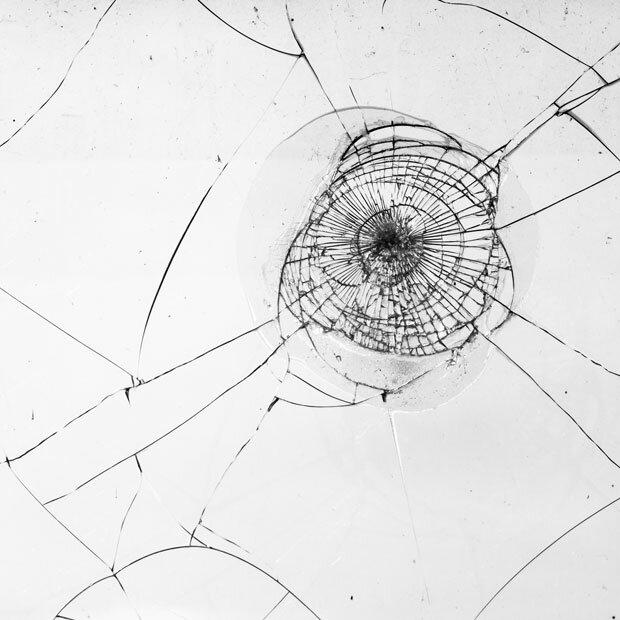 Паутина трещин на стекле