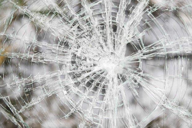 Белые трещины на стекле