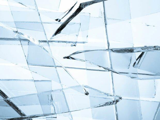 Острые осколки стекла