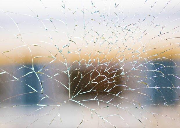 Сетка трещин на стекле